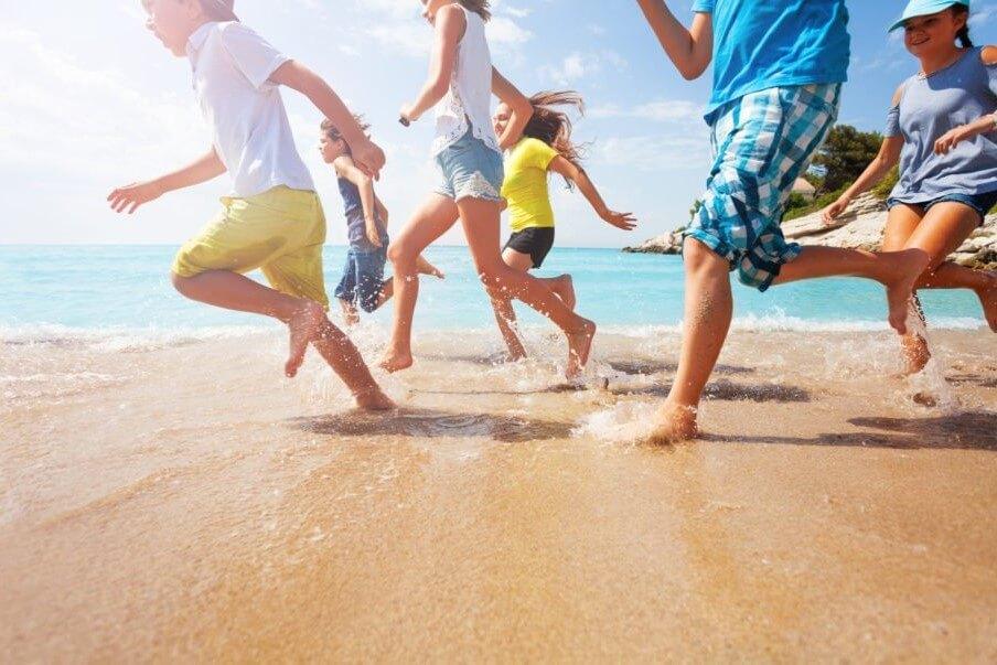 niños en a playa